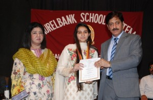 Hira Hameed, receiving Dr. Hamayun Mian Award, carrying a medal and a cash prize of Rs. 40,000/- from the Chief Guest, Prof. Dr. Muhammad Arif Khan