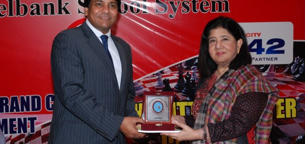 The Chief Guest Mr. Hanif Qureshi, receiving a sourvenier from Dr. Salma Mian, Managing Director LSS.